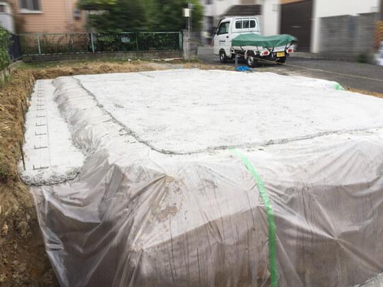 防湿シートを敷き詰めたら、捨てコンクリート(=捨てコン)の打設を行います。