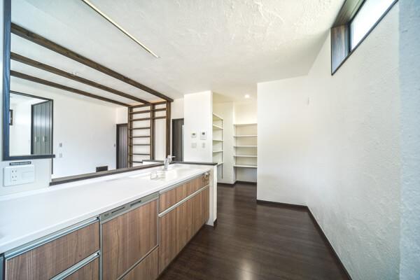 キッチン右横には、毎日の料理や生活に便利で使いやすい間取りの、大きなパントリー兼収納庫があります