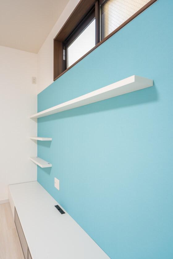 固定棚2枚も、同じくLIXILのヴィータス!棚受けのアングルが見えない、すっきりとしたデザインです