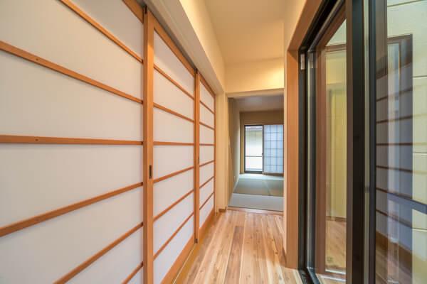 この3枚引き戸の室内建具は、建具屋さんへのオーダー品です 障子部分は、趣のある和風空間を演出するインテリア素材メーカーの「ワーロン」社製