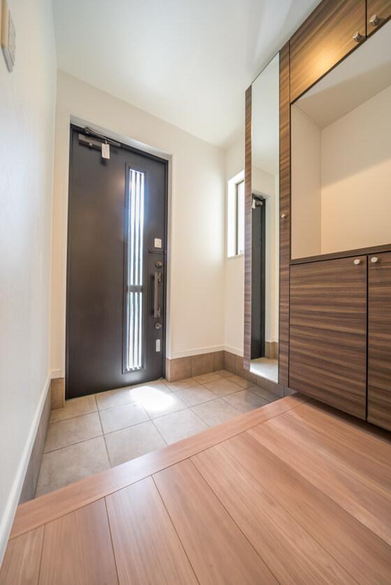 玄関ドアはLIXILのジエスタF18型、トリノパイン柄です。