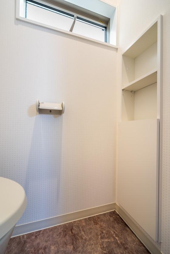 サニタの上部は飾り棚にもなるオープンラック♪下部は、扉を開けるとトイレットペーパーが8本しまえる収納棚になっています