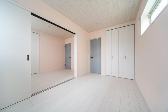 出入り口の扉はアクセントになるように。リクシルの「パレットシリーズのブルーペイント」を選択されました