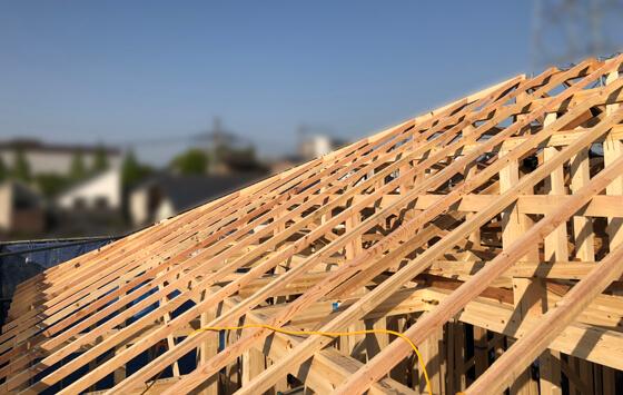 美しく屋根の下地材、垂木が施工されました