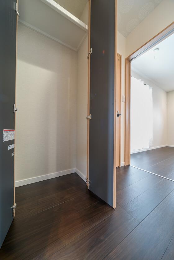 2階ホールに面して、物入れも計画しております 下はスチールラックなどを収納できるようオープンスペースに。その上部、FL+1800には固定棚を設けました