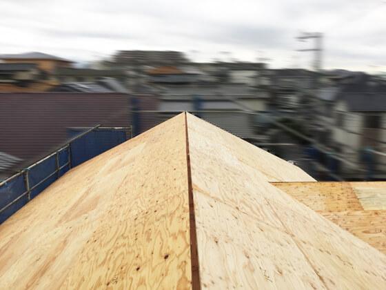 切妻屋根のトップは、小屋組換気のため、隙間をあけています。