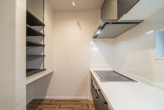 背面には冷蔵庫の置き場所とパントリー棚を造作