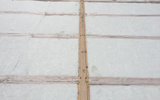 白い綿のような物が全面に敷き詰められています。これはアクリアUボードピンレスと呼ばれる床の高性能断熱材です