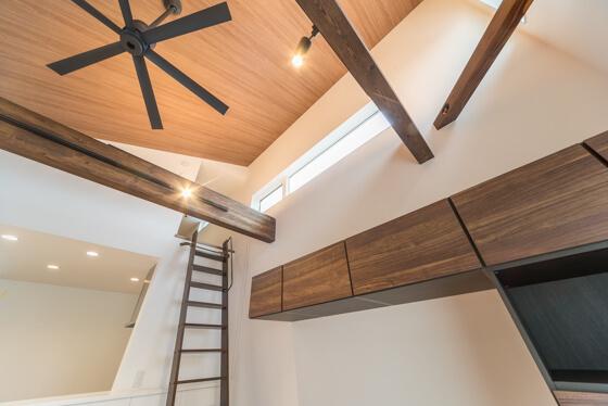 天井に空気を対流させるためにシーリングファンを据え付けられました。かっこいい6枚羽根のシーリングファンはオーデリック社製。品番はWF249、色はブラック。