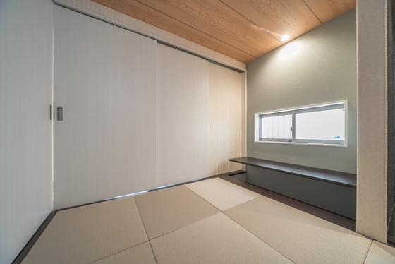 床の間の横にある板の間は、カウンターの下に足を入れることができます