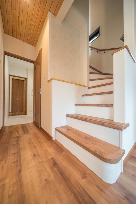 階段の登り初めの2段は、壁を設けずひな壇をご提案しました。