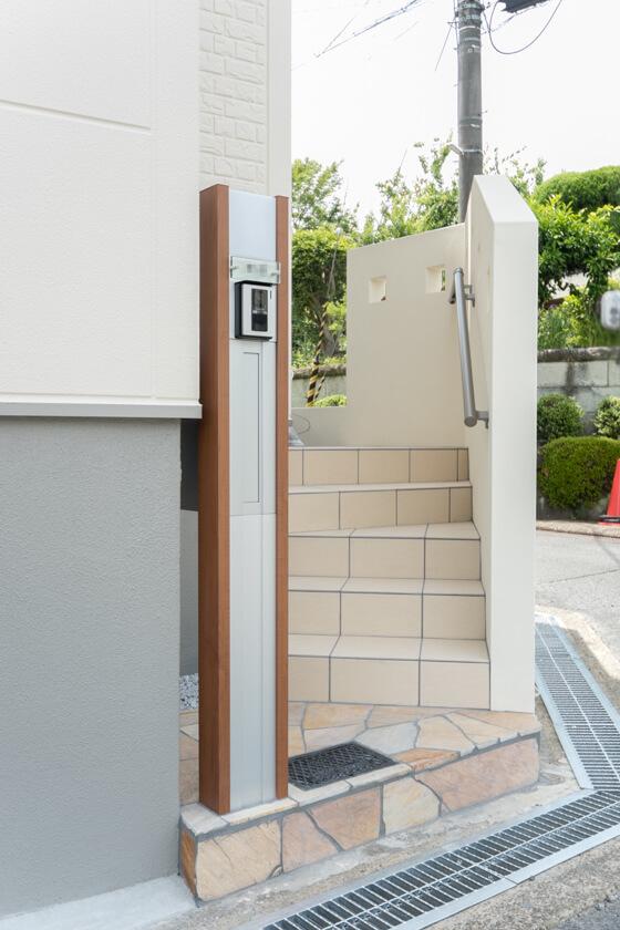 門柱は、三協アルミの機能門柱「マイリッシュM1型・CM(チョコメイプル)色」玄関ドアに合わせたコーディネートをされました