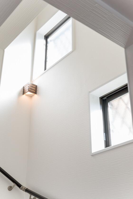 こちらは階段の可愛いコーナー用ブラケット照明のお写真