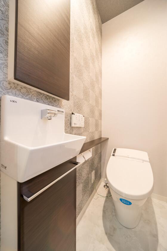 トイレは「リクシルのベーシア『ハーモJタイプ』(100年クリーンのアクアセラミックのタンクレストイレ)」。手洗いは「コフレルスリムのカウンタータイプ」。
