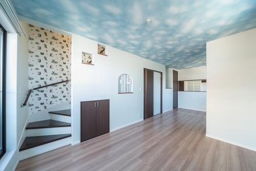 床材はアイカのWG(ジェントルウォルナット)色、建具はワントーン濃い色のK色