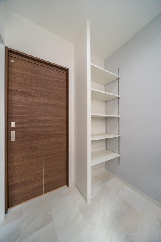 洗面室には、リネン庫として棚を設置。洗面室の雰囲気にあわせ、ホワイトの可動式棚にしています。