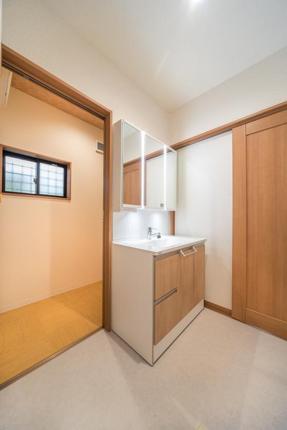 「洗面室と脱衣室を分けたい」というのは、プランニング当初からのF様のご要望でした。