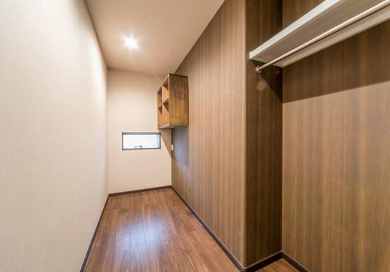 ここはご主人念願の「書斎は3帖」。入ってすぐ右側の凹みスペースに、オープンのクローゼットを設置。