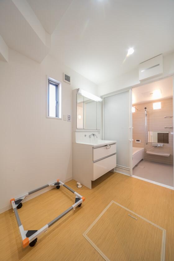 洗面脱衣室。ゆったり2.8帖ほどの空間です