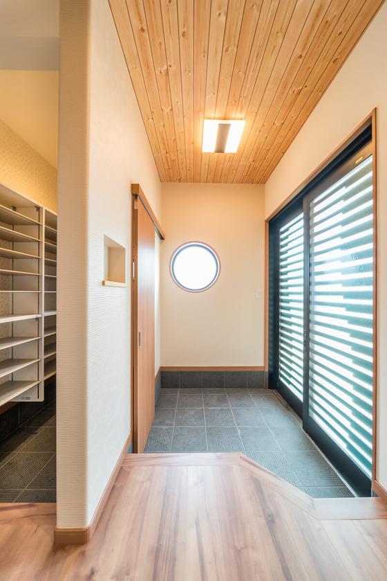 玄関ドアは2枚引き戸タイプ。リクシル ジエスタ 木屋町PG 30型 ブラック