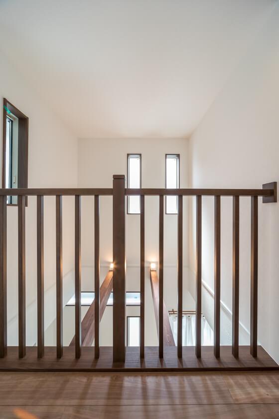 腰壁ではなく、木製格子の手摺を設けることで、開放感&リビングと一体感のある廊下になっています。