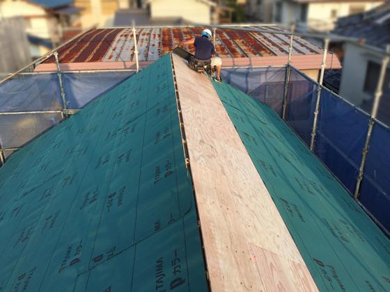 野地板の施工後、ルーフィング(屋根防水シート)の施工を行っているところ