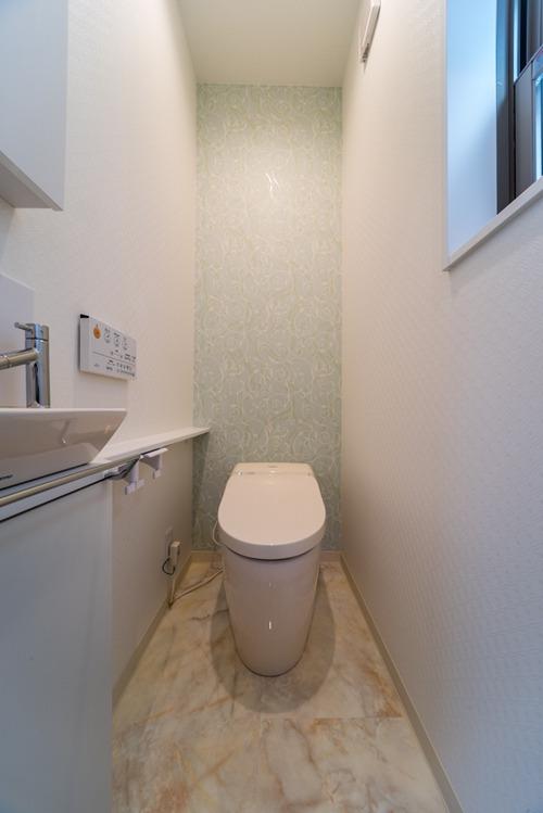 1階のトイレは、アイボリーを貴重として落ち着いた空間に
