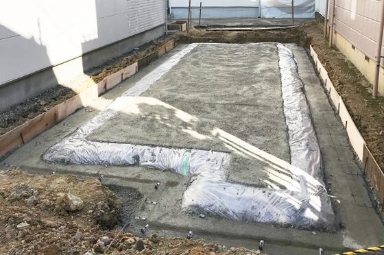 防湿シートの上に捨てコンクリートを打設したところの写真です。