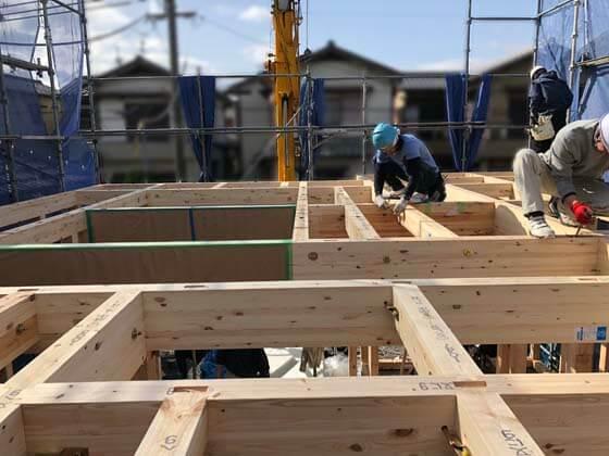 リビングの「見せ梁」は、プレーナーできれいに仕上げ、養生した状態で現場搬入されています