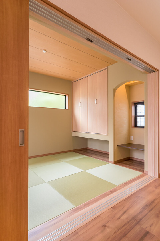 3枚引き込み戸を開けると、風情のある約5.5帖の和室があらわれます