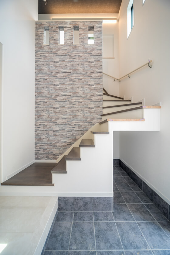 階段の腰壁、アクセントクロスはRE-2609 立体感のある石調のクロスです。
