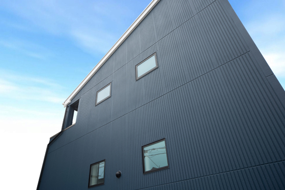 繊細なラインが美しい都会的な外観。外壁材はヘーベルパワーボード。「ライン50」を縦張りしております。