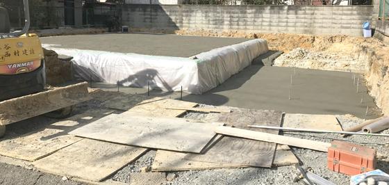 宅地を整えたのちに防湿シートを施工。その上に捨てコンクリートを打設します