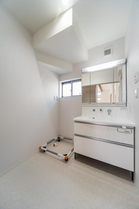洗面台は「タカラスタンダードのエリシオ(W900) 三面鏡タイプ」。水ハネをしっかりガードするハイバックカウンター。