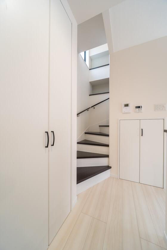 リビング階段下は、収納スペースとしても活用しています