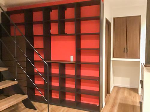 オープン階段と本棚コーナー