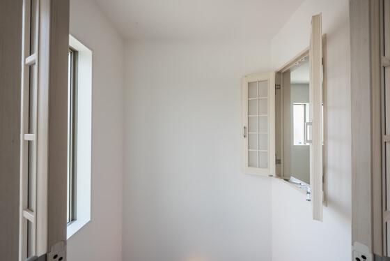 ykk apのラフォレスタ。室内窓を設けるメリットは、採光や通風の確保だけでなく、家族の気配を感じることができたり、コミュニケーションが図りやすくなることも。