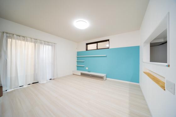 漆喰壁(しっくい壁)を採用したリビングルーム