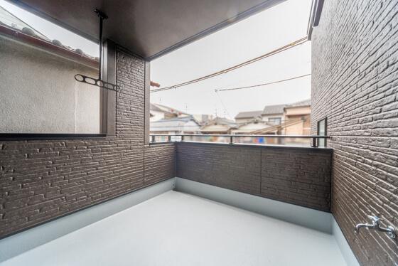 インナーバルコニーは4.5帖。3帖分に屋根がかかっていて、残りの1.5帖はオープンバルコニー。正方形の広いバルコニーは、奥行も横幅もあって動きやすい利点があります