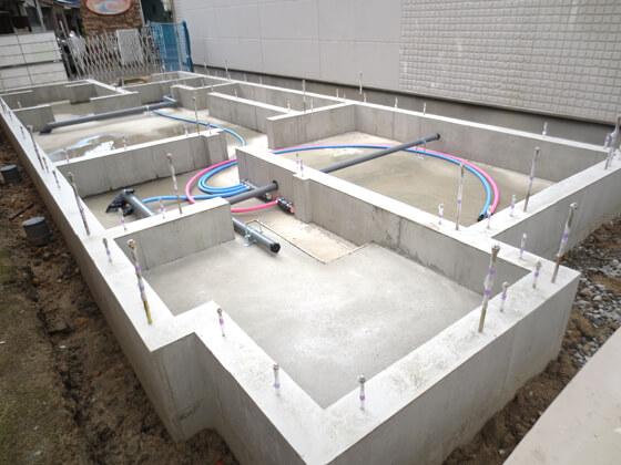 型枠を解体し、床下の給水・給湯配管も施工。
