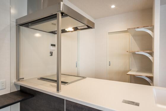 パントリーの左側にワイド900mmの食器棚を置き、右側の固定棚は電子レンジや炊飯器などを置くためのもの 真ん中がパントリーに入る扉