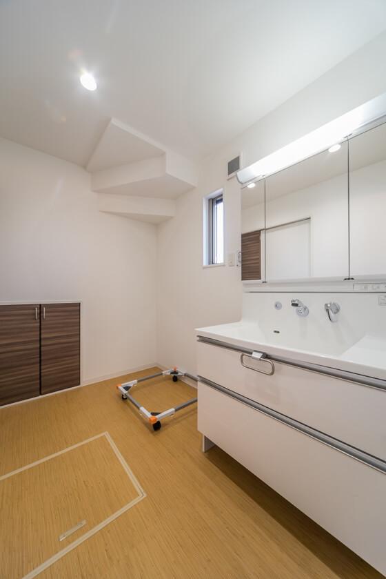 階段下を利用して収納スペースも確保。ご家族の着替えなども収納できます