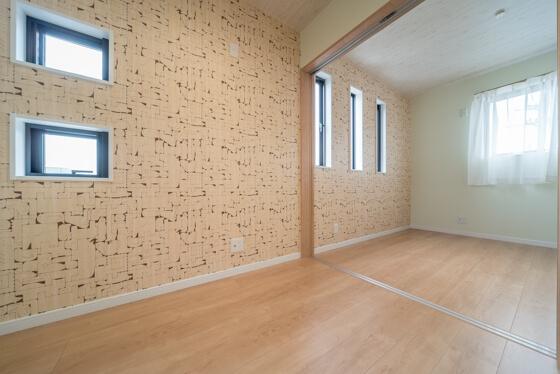 子供室は、2室続きのお部屋で計画 一面にシンコールのアクセントクロス「BB-9867」を、その他は淡いグリーンの壁紙でまとめました。