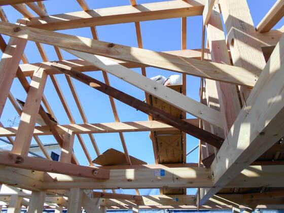 屋根の野地板を張るために架ける「たる木」に打ち付けているのが通気スペーサーです。