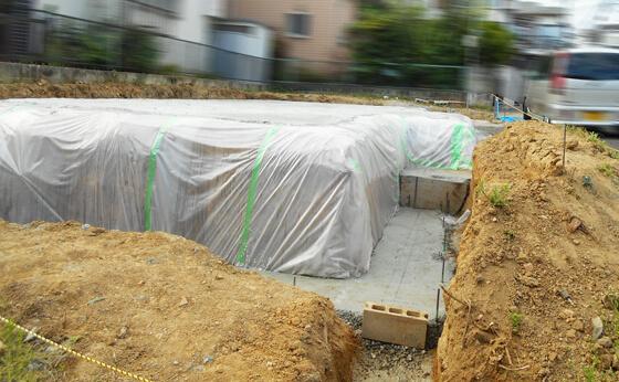 掘削した底の部分と基礎の下になる部分には、砕石を敷き詰めて「プレートコンパクター(転圧器)」で転圧します。