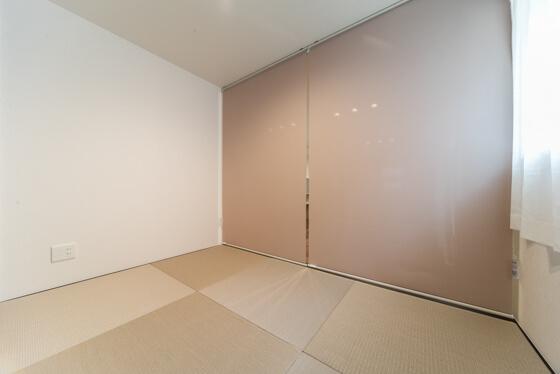 小上がりの和室。ロールスクリーンを下すと個室に早変わり。
