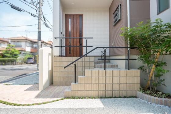 階段の立ち上がりはミドルブリックを縦積みにし、踏み面部分も洗い出し仕上げに