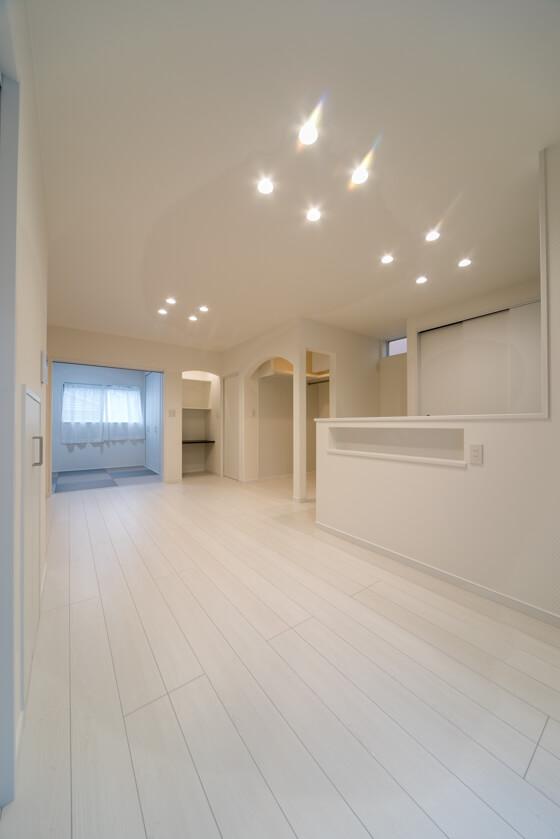 床材はリクシル「ラシッサ フロア(クリエホワイト)」。足ざわりのよさが魅力の「ラシッサ フロア」