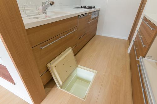 階のキッチンですが、点検用と収納も兼ねて床下収納庫が付いてます