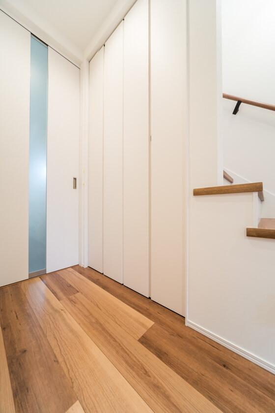 階段の下は奥様 階段下に収納を作りましたので天井はかなり下がりますが、収納の仕方にもK様流のこだわりがありました。